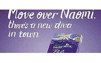Naomi Campbell é comparada com barra de chocolate em campanha
