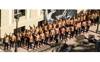 101 Modelos a torso desnudo, ante un palacete del S.XIX en Madrid