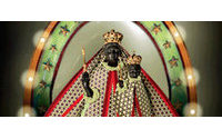 Plongée à Lyon dans le vestiaire de la Vierge Marie, érigée en icône de mode