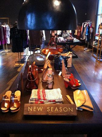Adolfo dom nguez abre su primera tienda en paraguay for Tiendas adolfo dominguez valencia