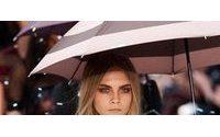 """Burberry faz """"chover"""" em desfile no Hyde Park"""