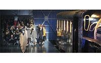 Fashion week: Le train bleu de Vuitton entre en gare