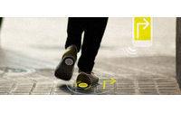 Zapatos con GPS y un bolso que recarga móviles fusionan moda y tecnología