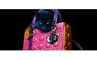 """Noventa miradas homenajean en Tokio el icónico bolso """"Lady Dior"""""""