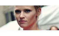 Lara Stone renueva como imagen de Calvin Klein