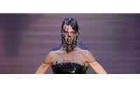 Armani holt bei der Couture den Himmel auf den Laufsteg