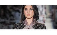 Chanel viste de grises, plateados y rosas pastel el otoño-invierno 2012-2013