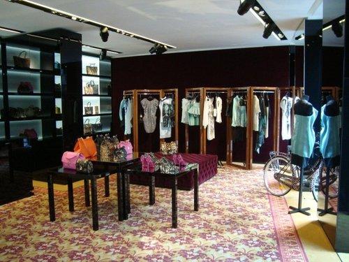 All interno dello spazio, inaugurato nel settembre 2010, oltre agli  accessori donna Dolce   Gabbana, vengono vendute le collezioni di 27 marchi  di ... e3a9f38629