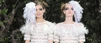 Chanel : Karl Lagerfeld fait défiler deux mariées avec un enfant