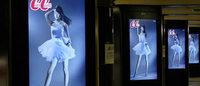 山本美月のスカートが舞う CanCamが日本初電車連動サイネージ広告開始