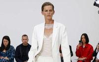 Victoria Beckham: Stella Tennant abre un show y una nueva era para la diseñadora