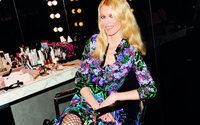 Claudia Schiffer entwirft Luxusstrümpfe für Kunert