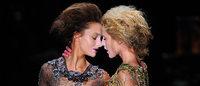 Modelos beijam-se durante desfile de Lino Villaventura no SPFW