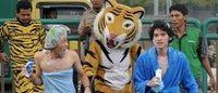 """Blitz degli attivisti di Greenpeace vestiti da """"tigri"""" alla sede P&G di Giacarta"""