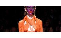 Стразы и драпировки на показе Givenchy в Париже