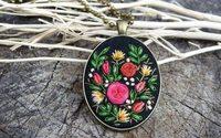 Artista romena cria joias 'vintage' decoradas com bordados à mão