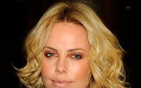 P&C trumpft auf mit den Hollywoodstars Charlize Theron und Jason Lewis