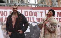 Simulan una pasarela con ropa manchada de sangre contra la industria peletera
