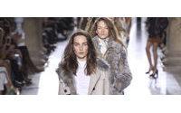 Estilistas visitam décadas passadas na Semana de Moda de Londres