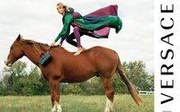 Versace recrute Edie Campbell et Anna Ewers pour sa campagne estivale