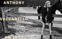 Eva Herzigova sexy en pleine nature dans la dernière campagne d'Anthony Vaccarello