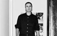 Raf Simons regresa a la Semana de la Moda masculina de París en Junio