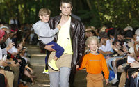 Balenciaga показал одежду «папы выходного дня» в Булонском лесу