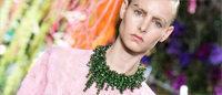 Entre fleurs et message, Raf Simons bouscule Dior