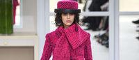 Fashion week : des cavalières Chanel dans un salon de couture