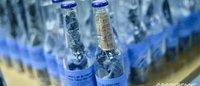 Greenpeace reparte botellas con tela vaquera dentro para denunciar la contaminación del agua por el sector textil