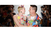 Miley Cyrus exibe linha de acessórios em desfile de Jeremy Scott