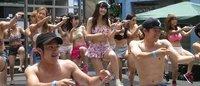 水着集団が新宿駅前でゲリラダンス 海の日にフラッシュモブ