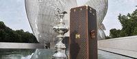 Michael Burke, CEO von Louis Vuitton, gratuliert dem Gewinner der ersten Louis Vuitton America's Cup Weltserie