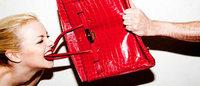 Mostra fotográfica retrata bolsa Hermès destruída