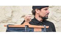 Designer projeta um simples, mas inovador cabide para calça jeans