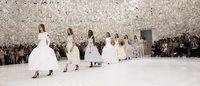 La Alta Costura de Dior actualiza la historia entre orquídeas blancas