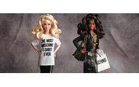 Jeremy Scott crea una Barbie Moschino, disponible en Net-a-Porter