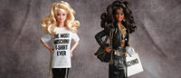 Jeremy Scott crea una Barbie Moschino, disponible en Net-a-Porter