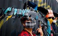 """Un artiste parisien crée des chapeaux anti-coronavirus pensés comme des """"remparts contre la peur"""""""