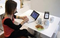 Uomini più spendaccioni sul web, le donne sono più attente alla convenienza