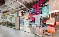 Loja fábrica pop-up da Adidas produz suéteres personalizados pelo cliente