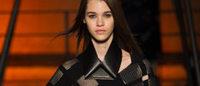 Paris : col en cuir, magie du plissé, robe-tablier