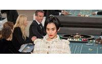 Chanel leva entusiastas da moda a cassino em Paris