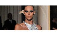 Versace desfila no primeiro dia de Alta-costura de Paris