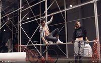 DKNY : Emily Ratajkowski rempile pour la campagne automne 2017