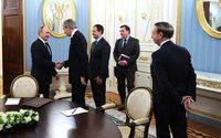 Глава LVMH получил медаль от Путина
