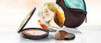 Dr.Hauschka: l'artiste peintre Tina Berning revisite le boîtier de la poudre bronzante