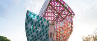 """仏ルイ・ヴィトンのアート施設、13色の""""ガラスの帆""""が建物彩る"""