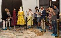 El Museo de la Seda exhibe diseños de Dior, Lagerfeld, Balmain y Balenciaga