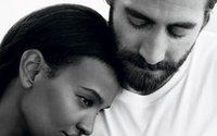 Jake Gyllenhaal in posa per profumo Calvin Klein